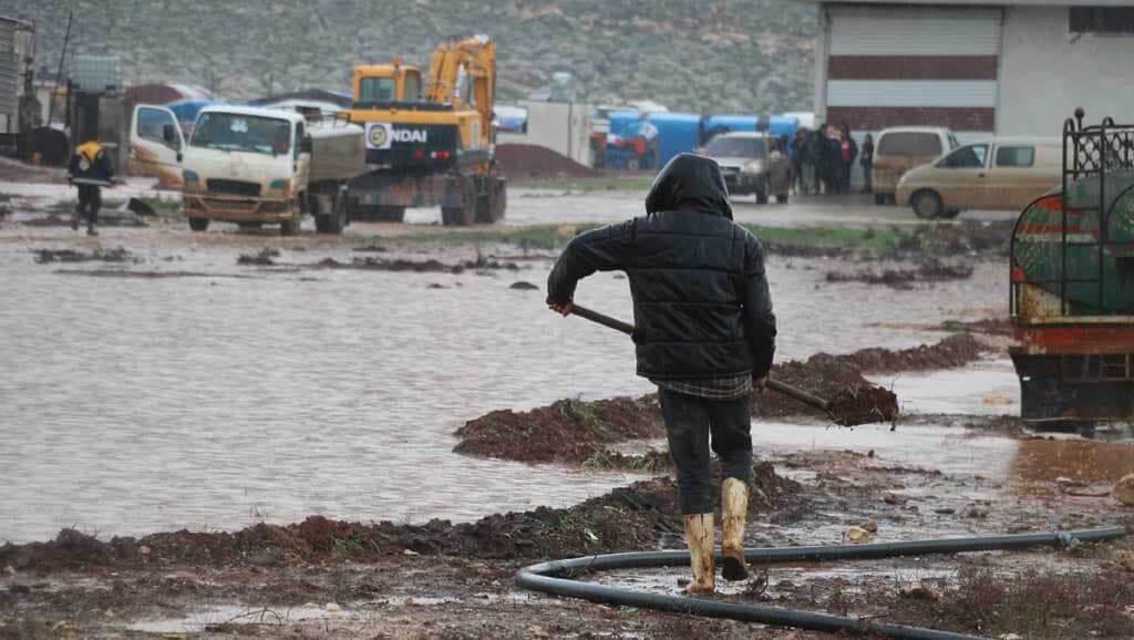 عاصفة مطرية تضرب مخيمات ريف إدلب وتشرد مئات النازحين