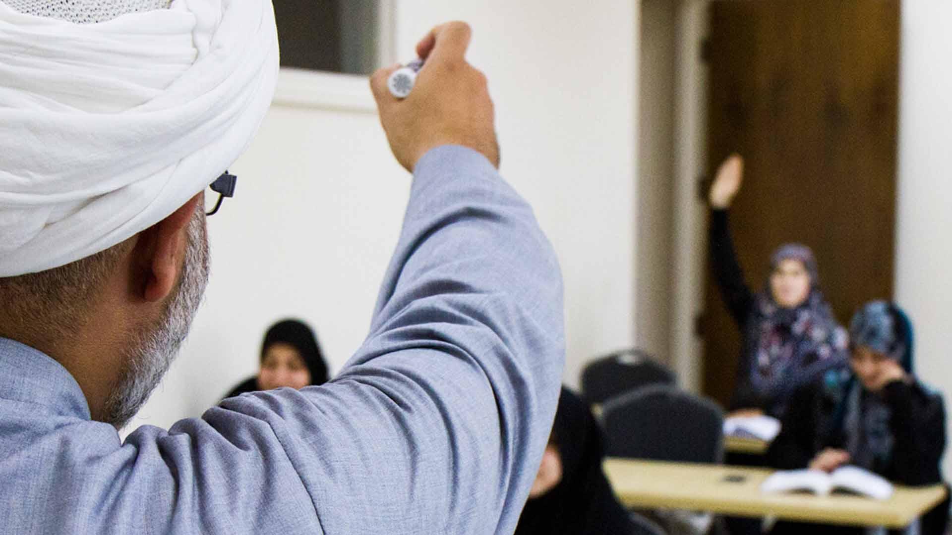 هل يكون التعليم الديني في مدارس خاصة أم في عامة؟