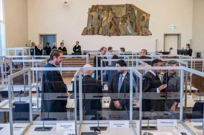 Dans la salle d'audience, avant le procès contre les deux Syriens accusés de torture, le 23 avril à la cour de Coblence (Allemagne).
