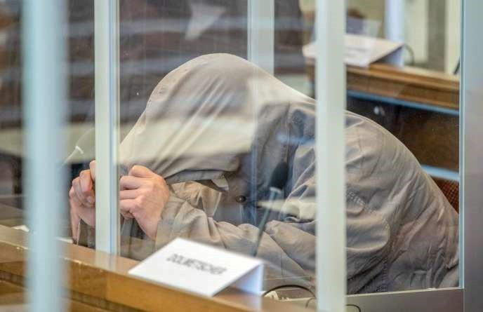 Eyad Al-Gharib, un subalterne accusé d'actes de torture, lors de son procès, le 23 avril, à la cour de Coblence.