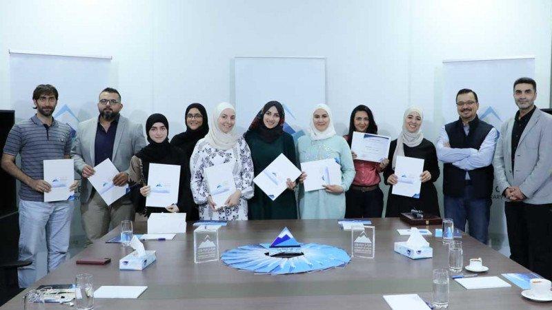 """توزيع شهادات دورة """"كتابة الرواية"""" في مركز حرمون فرع الدوحة"""